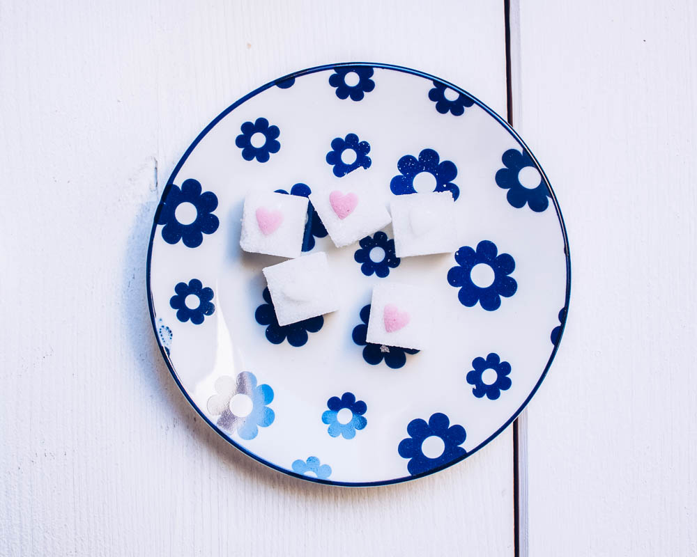 DIY: Zuckerwürfel mit Zuckerherzen in Rosa