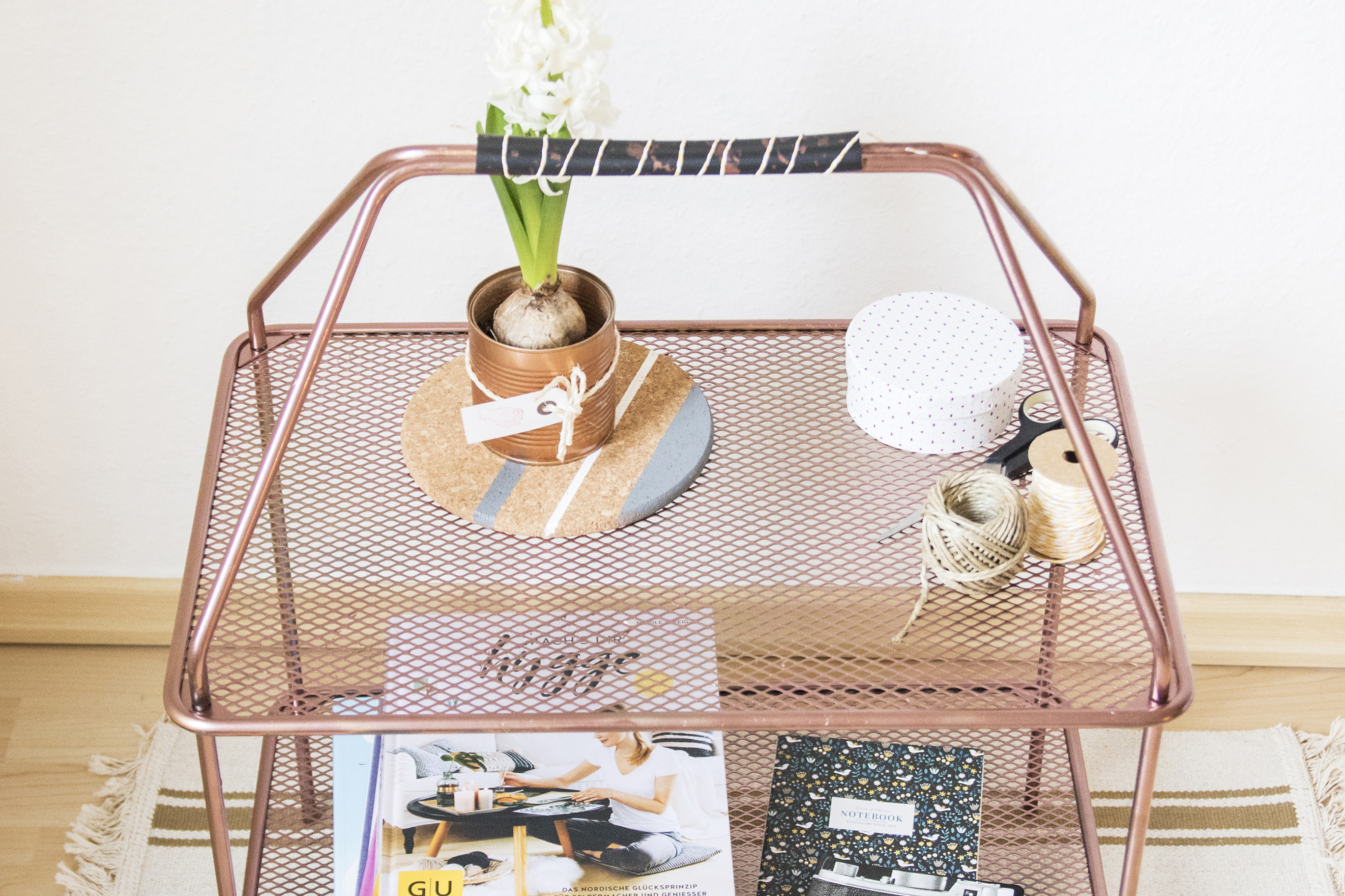 ikea hack zeitschriftenregal ypperlig mit kupferfarbe umgestalten zimmerzucker. Black Bedroom Furniture Sets. Home Design Ideas